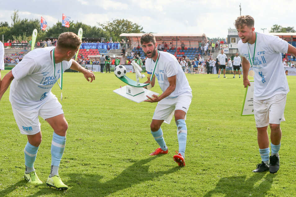 Niklas Hoheneder (M.) mit dem Sachsenpokal. Regionalligist Chemnitzer FC setzt sich durch und spielt nun gegen Hoffenheim.