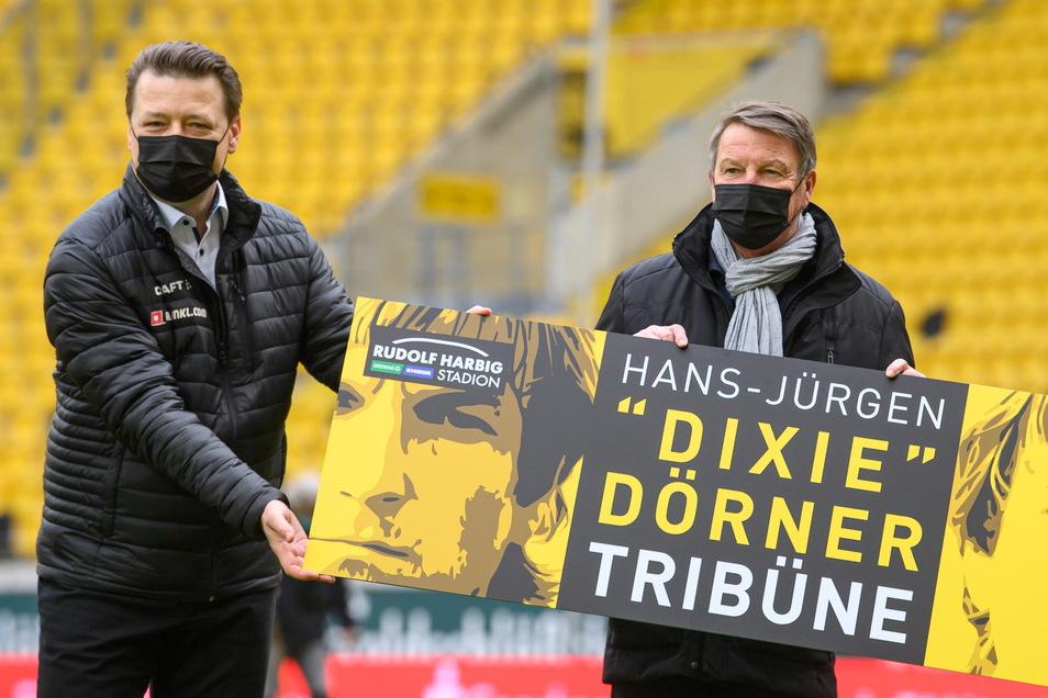 """Dynamos Präsident Holger Scholze und Hans-Jürgen """"Dixie"""" Dörner weihen vor dem Drittligaspiel gegen Halle die """"Hans-Jürgen """"Dixie"""" Dörner Tribüne"""" ein."""
