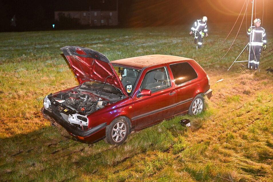 Der VW fuhr etwa 100 Meter durch einen Grünstreifen, geriet in den Straßengraben, prallte gegen eine Überfahrt zur Wiese - um kam wenige Meter später zum Stehen.