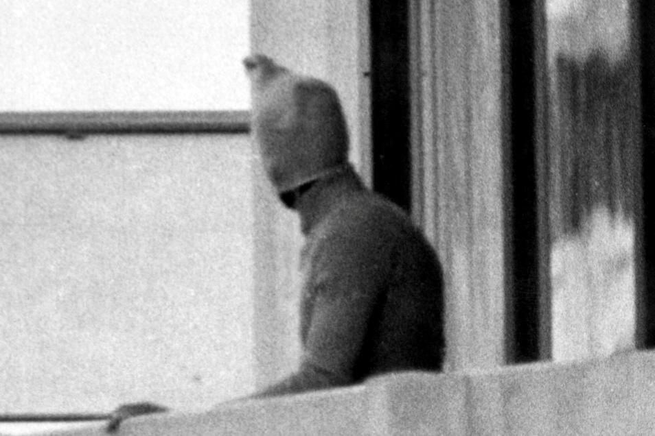 Ein vermummter arabischer Terrorist zeigt sich auf dem Balkon des israelischen Mannschaftsquartiers im Olympischen Dorf der Sommerspiele 1972.