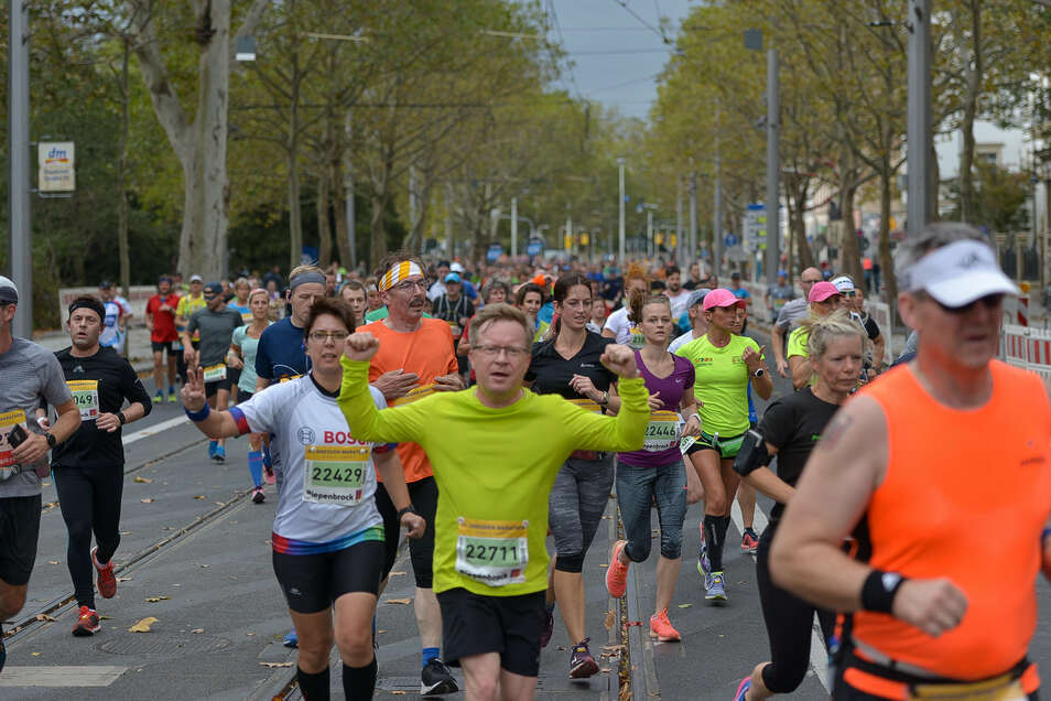 Vor  Jörg Ulbrich läuft den Halbmarathon, unterwegs jubelt er schon mal für den Fotografen. Foto: Christian Juppe