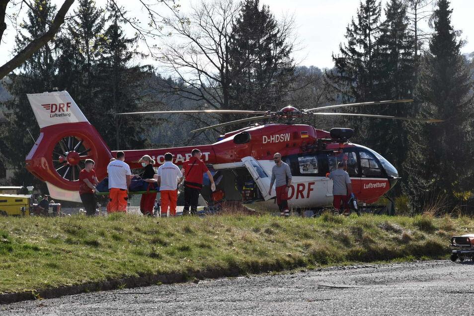 Die Besatzung des Rettungshubschraubers flog den Verletzten ins Görlitzer Klinikum.