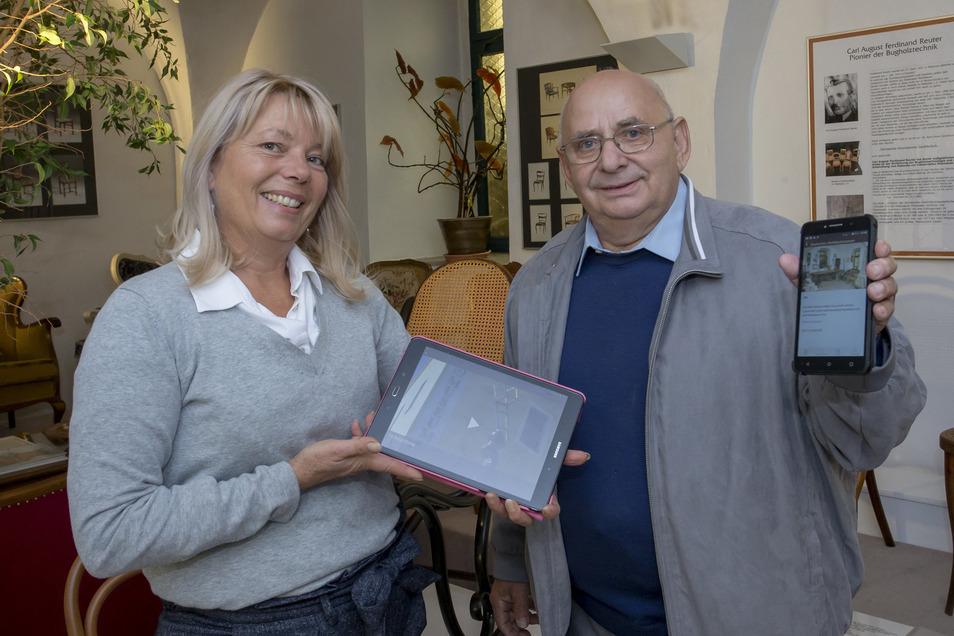 Museumsleiterin Daniela Simon und Horst Lorenz haben an der neuen App fürs Rabenauer Stuhlbaumuseum mitgearbeitet, die auf Tablet und Smartphone läuft.