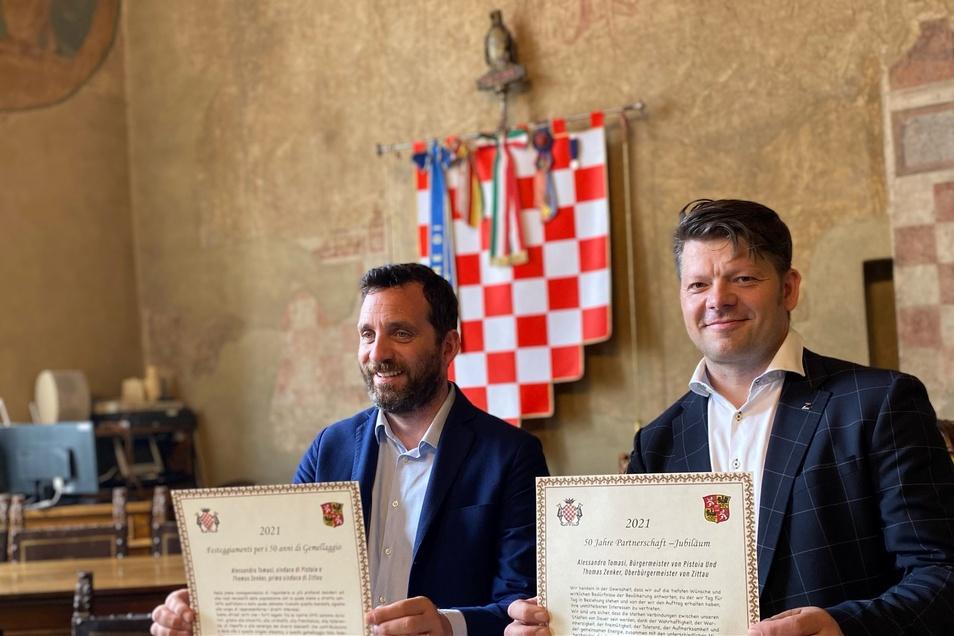 Zittaus OB Thomas Zenker und sein italienischer Amtskollege Alessandro Tomasi präsentieren die frisch unterzeichnete Partnerschafts-Urkunde.