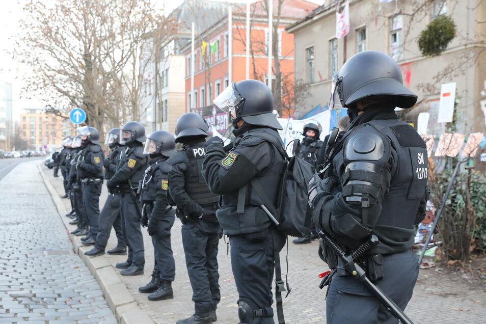 Ab Mittwochmorgen bereiteten Polizisten die Räumung der besetzten Gebäude an der Königsbrücker Straße in Dresden vor.