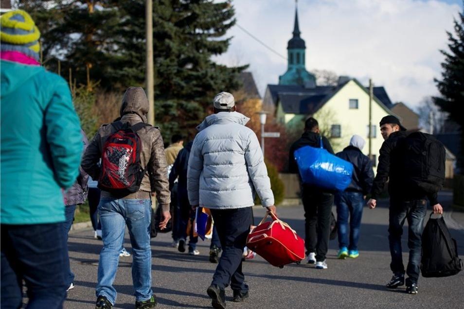Ein Ort zum Bleiben? In Wiederau haben Flüchtlinge und Einwohner zueinandergefunden. Am Donnerstag liefen die Asylbewerber von ihrer Unterkunft zur Kirche.