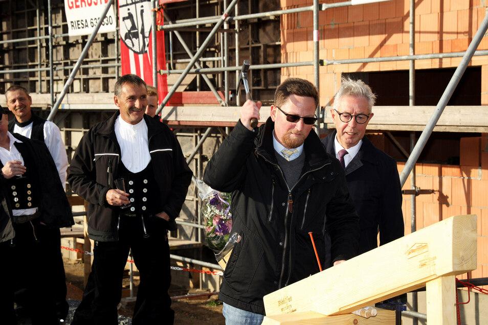 Zwei Bürgermeister, ein letzter Nagel: Frank Seifert (Stauchitz/rechts) und Conrad Seifert (Hirschstein)