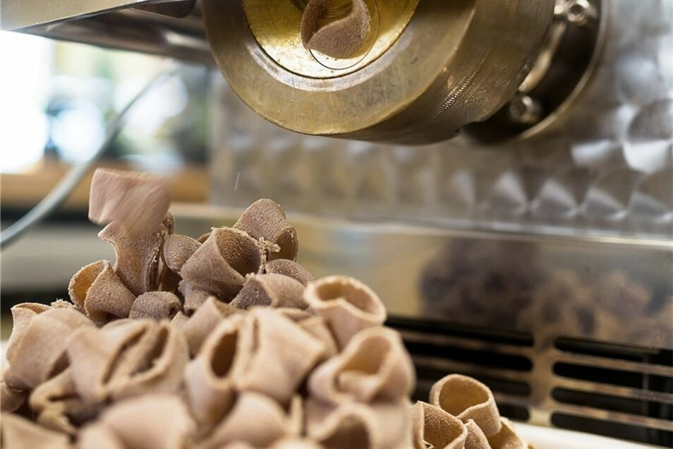 Die Pasta wird in Ringe geschnitten – Cannelloni-Spitzen genannt.