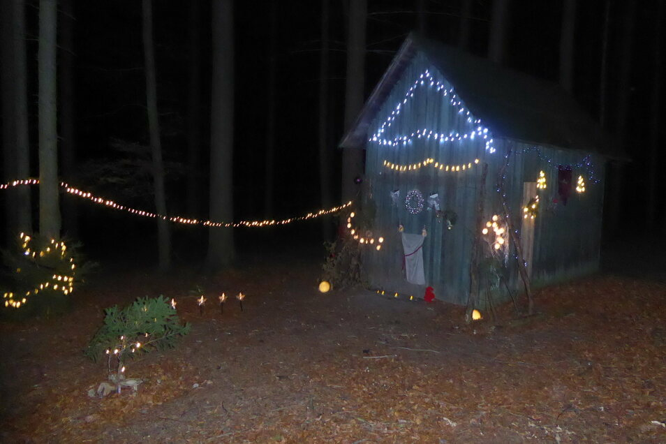 Das ist der Zauber der Weihnachtszeit, wenn mitten im Wald ein Häuschen im Schmuck leuchtet und dort auch noch Wunschzettel eingesteckt werden können.