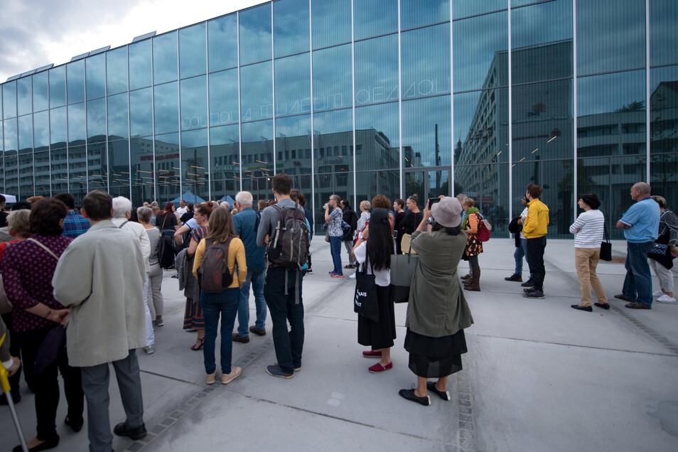 Besucher am Tag der Eröffnung.