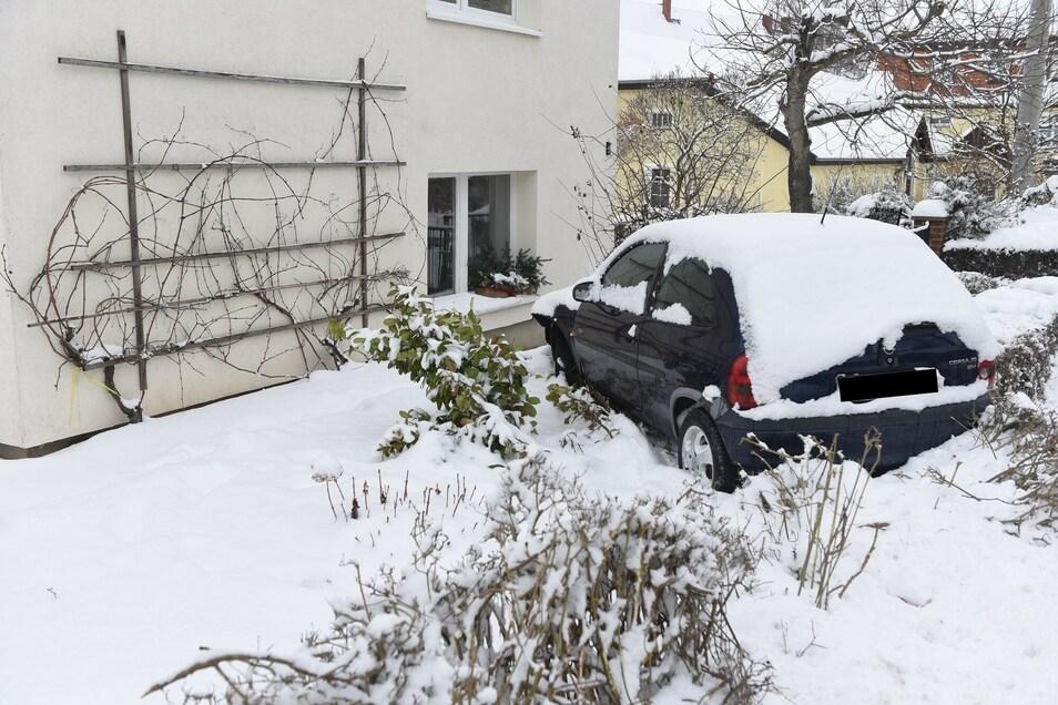 In der Nacht zu Donnerstag kracht es an der Gallschützer Straße in Schrebitz. Plötzlich steht ein Opel im Vorgarten der Familie Röder.