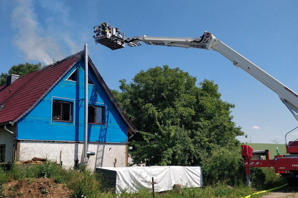 Mit dem Hubsteiger kamen die Feuerwehrleute nahe an die Brandstelle auf dem Dach.