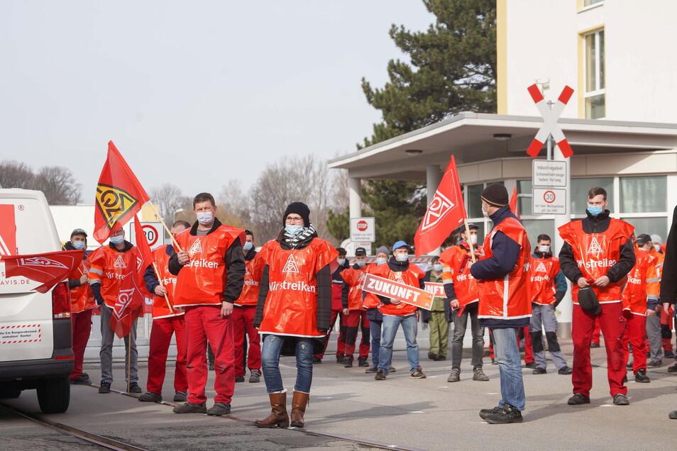 Bei Alstom in Bautzen gab es am Dienstagvormittag einen Warnstreik. Laut Angaben der IG Metall, die dazu aufgerufen hatte, beteiligten sich rund 300 Beschäftigte an der Aktion.