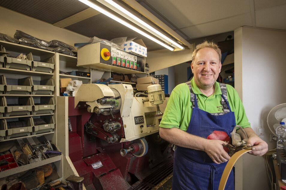 Schuhmacher Michael Gränitz bekommt noch fast jeden Schuh wieder hin. In der Werkstatt der Radebeuler Orthopädieschuhtechnik und Schuhmacher GmbH kann man auf manche Schnellreparatur mitunter auch gleich warten.