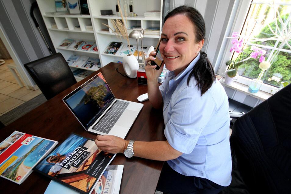 Laptop und Telefon sind seit Jahren die wichtigsten Arbeitsutensilien der selbstständigen Reiseplanerin Manuela Sobanski. Nach dem Total-Einbruch des Reisebetriebes aufgrund der Corona-Krise verhilft sie ersten Kunden wieder zu Urlaubsreisen.