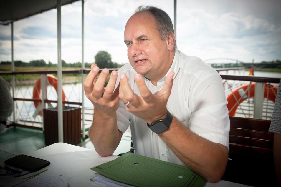 Oberbürgermeister Dirk Hilbert (FDP) erklärt im SZ-Interview auf einem Dampfer unter anderem, wie die Weiße Flotte gerettet werden kann.
