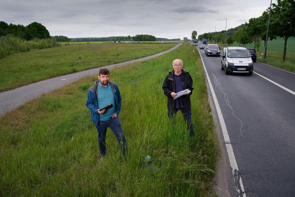 Linken-Stadtrat Jens Matthis (links) und Stadtbezirksbeirat Hans-Jürgen Burkhardt könnten sich auf dieser Wiese gut einen Parkplatz vorstellen, auf dem Pendler in Busse umsteigen.