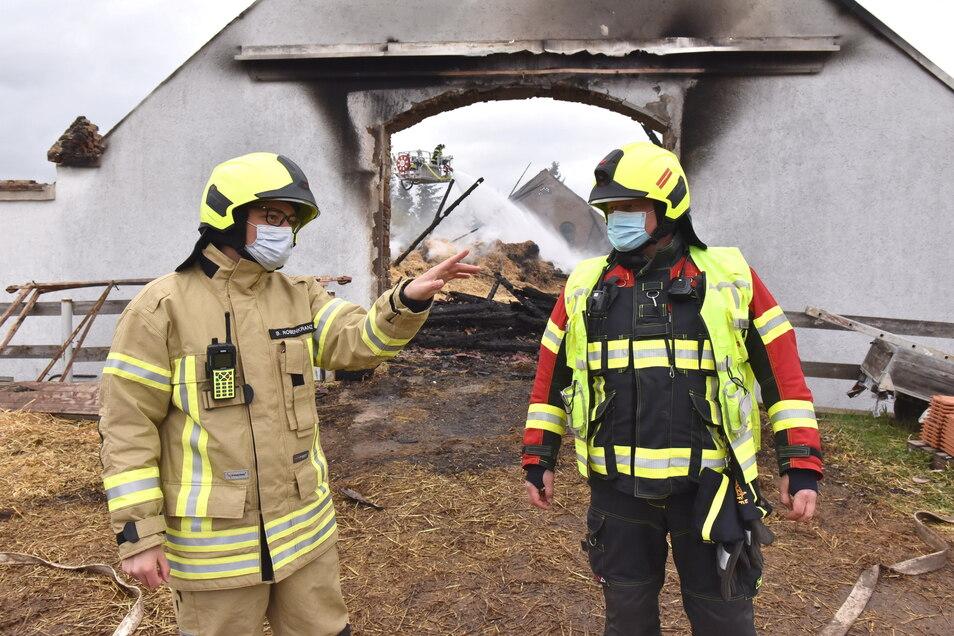 Björn Rosenkranz (links), stellvertretender Kreisbrandmeister, und Jörg Paulusch, Einsatzleiter am Freitagvormittag, bei der Einsatzbesprechung an der Brandstelle.