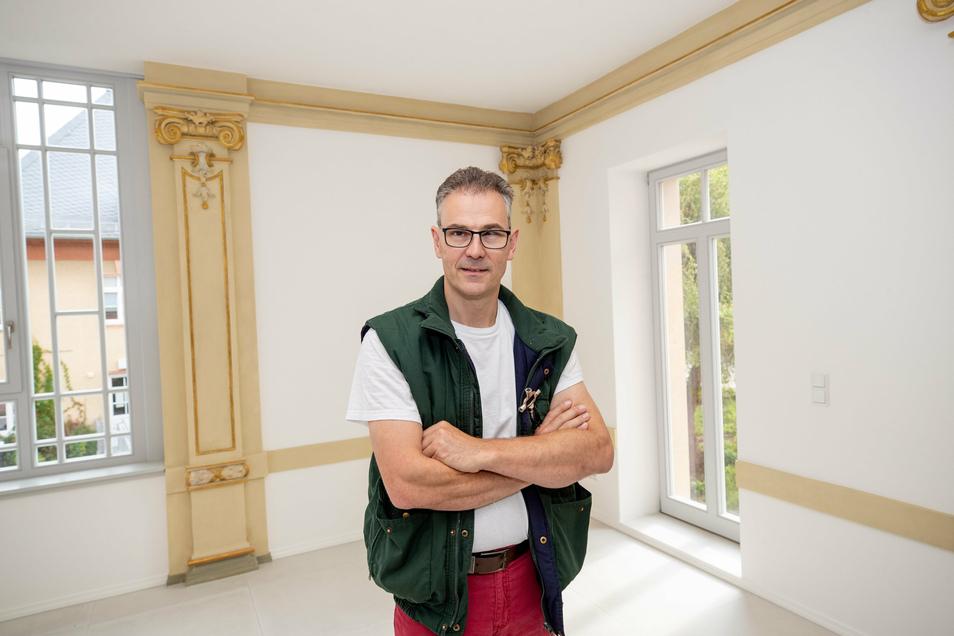 Bauherr Falk Bernhardt steht in einem der Wohnzimmer. Früher war das ein Teil des Tanzsaals.