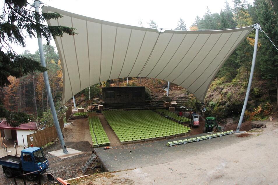 2007 wurde die imposante Überdachung der Zuschauerreihen auf der Jonsdorfer Waldbühne gebaut. Seitdem wird ablaufendes Regenwasser zunehmend zum Problem.