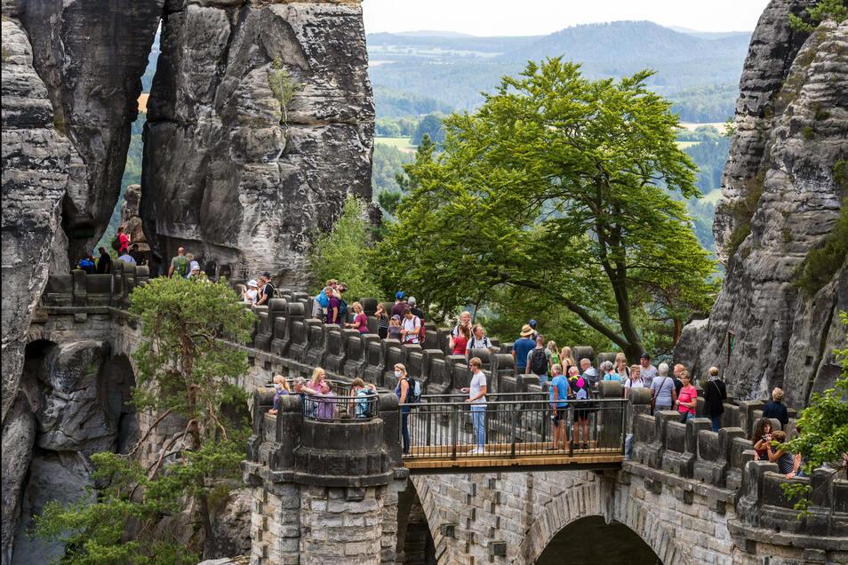 Sieben Millionen Tagestouristen besuchten 2019 das Elbsandsteingebirge. Die Bastei ist besonders stark frequentiert.