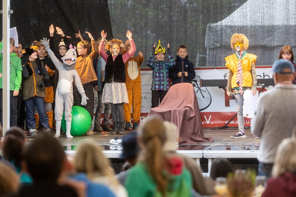 Die Viertklässler der Grundschule Pesterwitz begeisterten die Besucher mit der Geschichte vom Löwen, der nicht schreiben konnte. Sie spielten auf der großen Bühne.