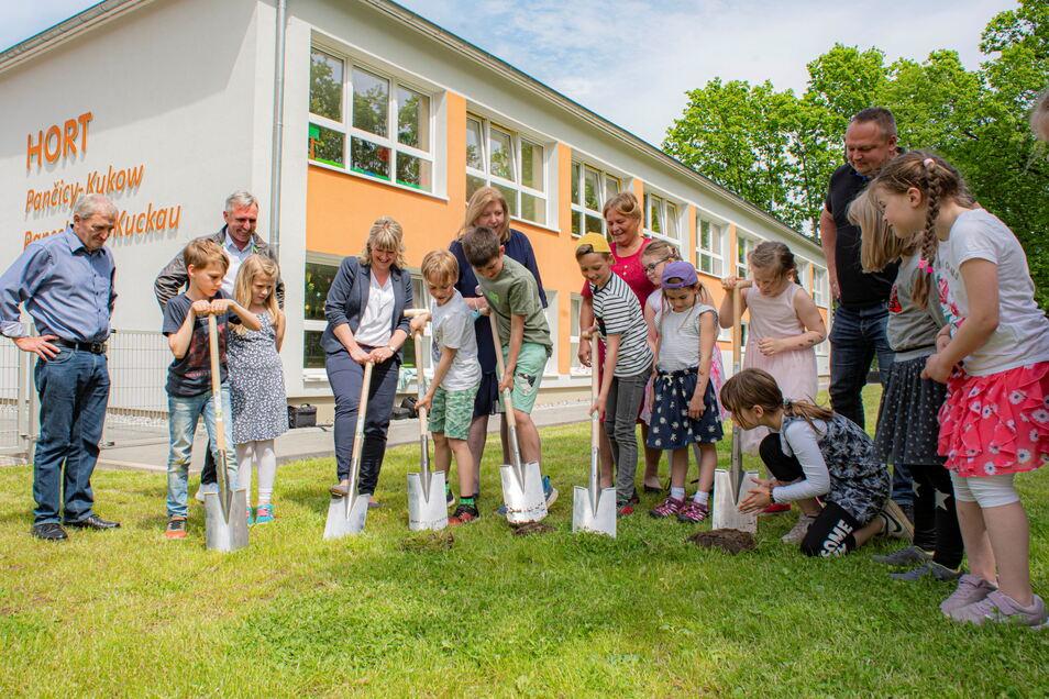 Die Kinder vom CSB-Hort in Panschwitz-Kuckau griffen selbst zum Spaten, um so den Startschuss für den Bau eines neuen Spielplatzes zu geben.