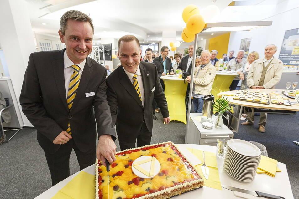 Das waren noch Zeiten: Tortenanschnitt zum 25. Geburtstag der Commerzbank in Görlitz, Torsten Fröde auf der rechten Seite mit seinem Kollegen aus Cottbus.