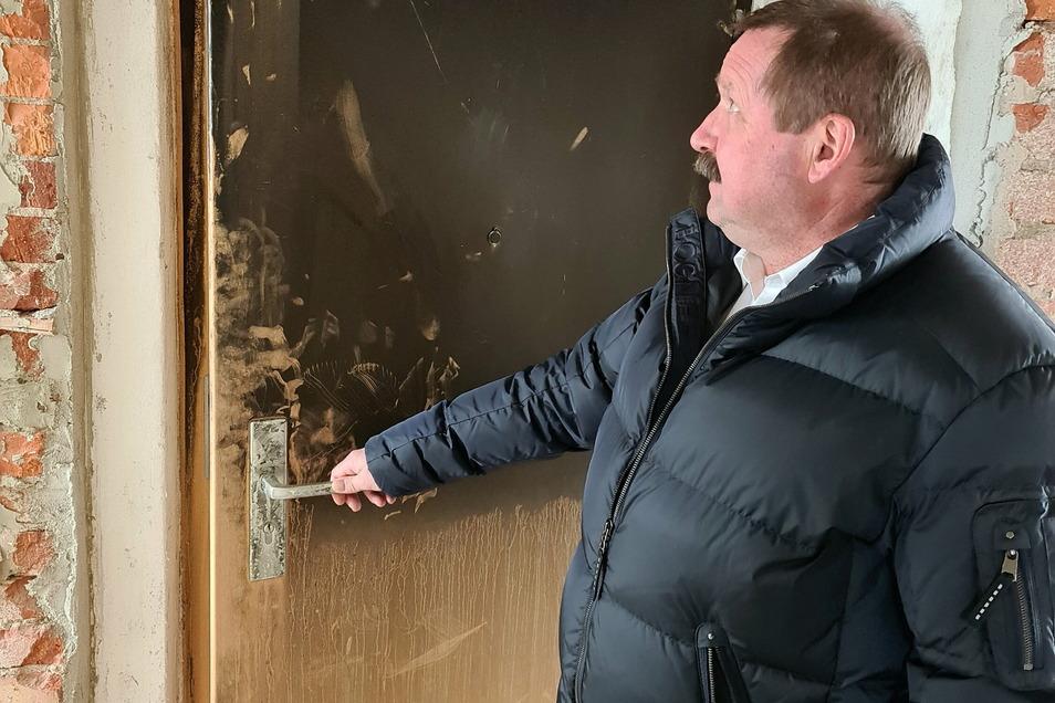 Dicker Ruß hat die Wohnungen hinter den Balkonen unbewohnbar gemacht. Alles muss saniert werden, sagt WG-Lößnitz-Vorstand Michael Zenker.