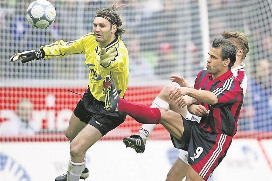 Tomislav Piplica war als Torwart von Energie Cottbus für seine Flugeinlagen berühmt wie berüchtigt. Hier klärt er vor Ulf Kirsten. Der Ex-Dynamo war für Bayer Leverkusen dreimal Bundesliga-Torschützenkönig.