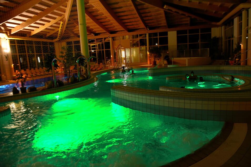 Im Dunkeln wirkt die farbige Beleuchtung des Erlebnisbads in Paulsdorf besonders schön. Wenn die Öffnungszeiten jetzt wieder verlängert werden, haben die Badegäste mehr davon.