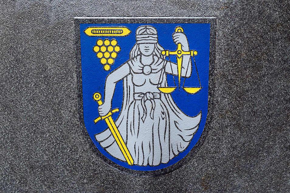 Im Wilthener Bauhof wartet bereits die große Granitplatte mit dem eingemeißelten und colorierten Stadtwappen auf ihren Einsatz. Sie soll ab kommendem Jahr eine Zeitkapsel schützen, die neben dem Rathaus versenkt werden soll.