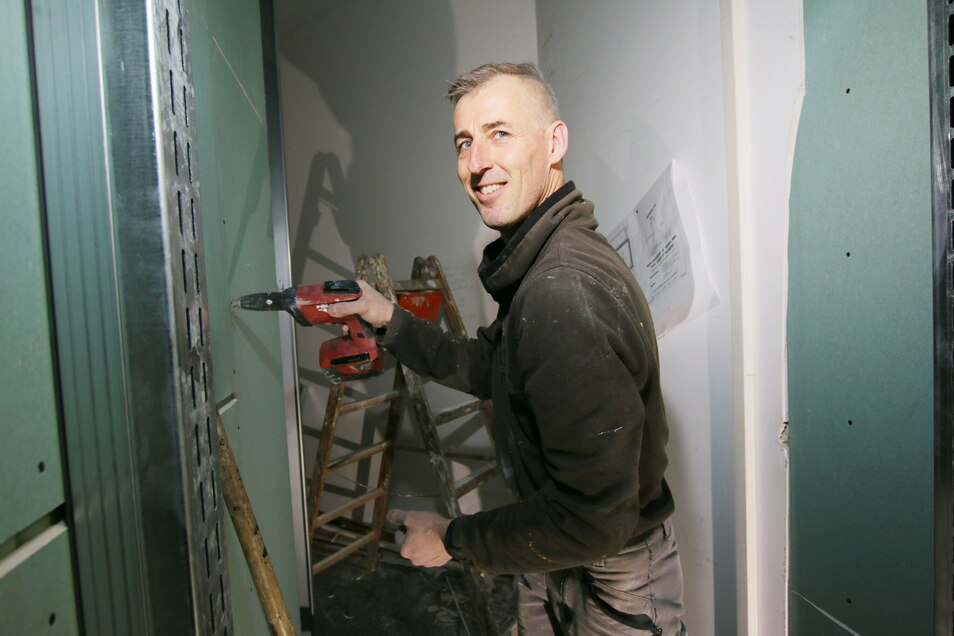 Martin Bretsch ist in der Leisniger Oberschule zunächst mit dem Trockenbau beschäftigt, danach folgen die Sanitärarbeiten.