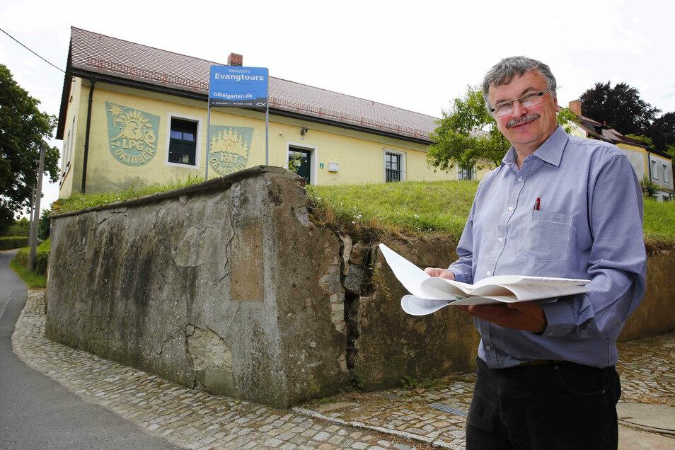 Maik Förster, Geschäftsführer des Bibellandes in Oberlichtenau, freut sich auf sein neues Projekt. Auf der Fläche hinter ihm werden ein kleines römisches Theater und ein besonderer Brunnen gebaut.