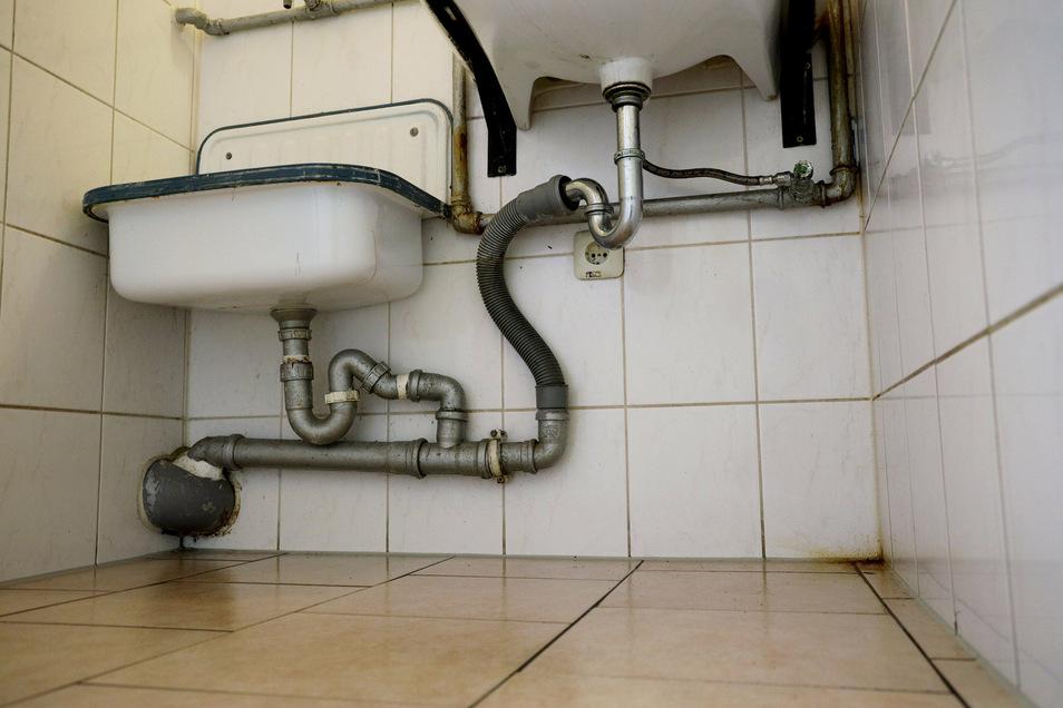 Blick in den Sanitärraum. Die Abflussrohre im Gebäude sind häufig verstopft, sagt Leiterin Lisa Smyrek. Auch das ist wohl der Zeit geschuldet.