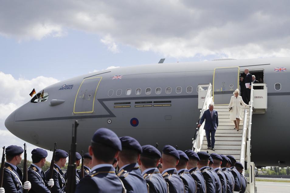 Der britische Prinz Charles und seine Frau Herzogin Camilla bei ihrer Ankunft auf dem Flughafen Tegel.