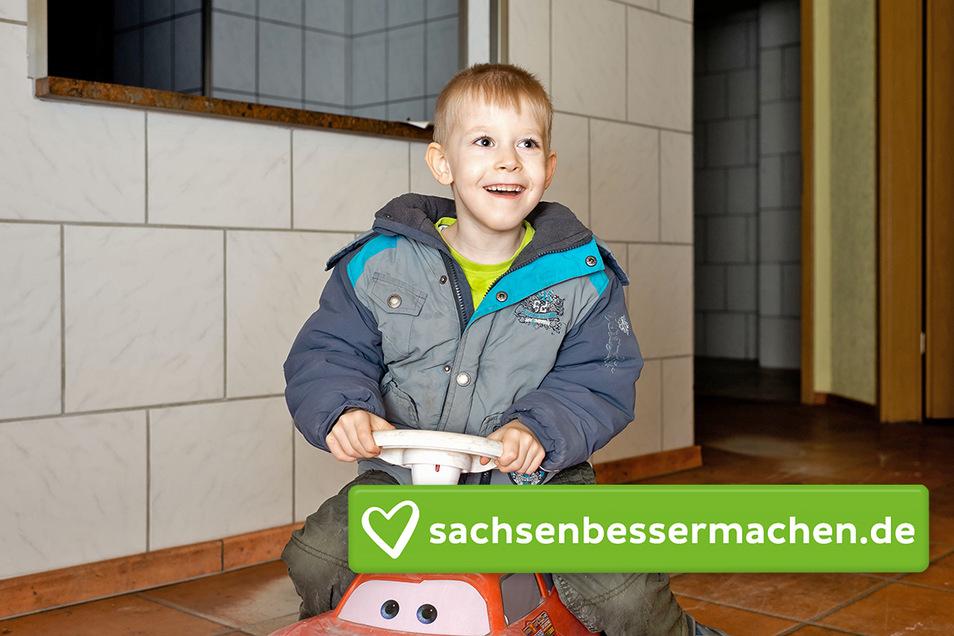 Johnnys Eltern wollen die frühere Küche am Altmarkt an der Kamenzer Straße für ihren Sohn ausbauen. Dort dreht der Sechsjährige eine Runde auf dem Bobbycar.