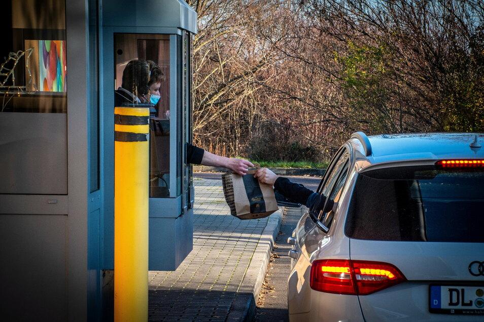 Die Zahl der Kunden, die im McDrive bestellen, ist durch die Corona-Pandemie sehr angestiegen.