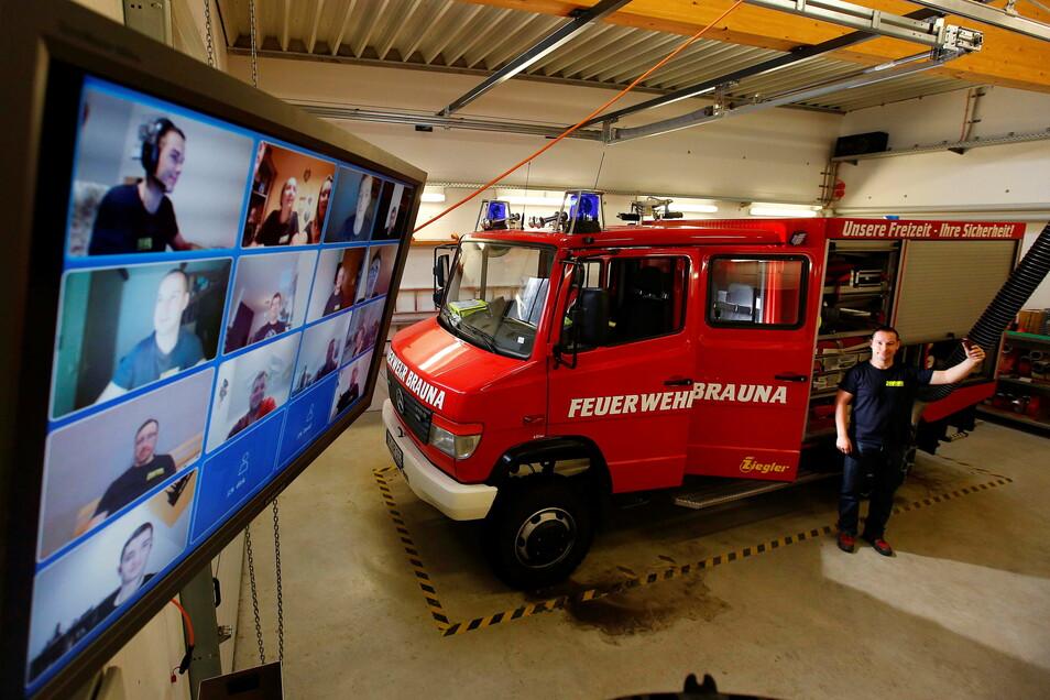 Wegen Corona kommen die Feuerwehrkameraden im Kamenzer Ortsteil Brauna jetzt per Videokonferenz zusammen und trainieren mit Wehrleiter Felix Menschner an der Technik.