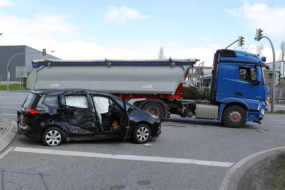 Der Lkw war in die Seite des Van gefahren.