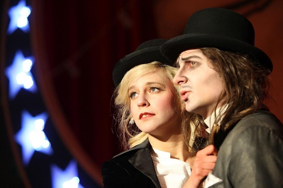 Zu sehen sind unter anderem Aline Bucher als Polly Peachum und Tom Bartels als Macheath.