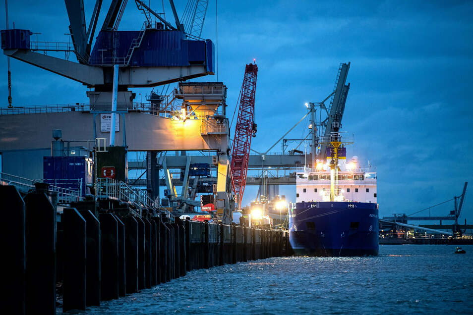 Das Spezialschiff «Pacific Grebe» liegt am Hafen in Nordenham.