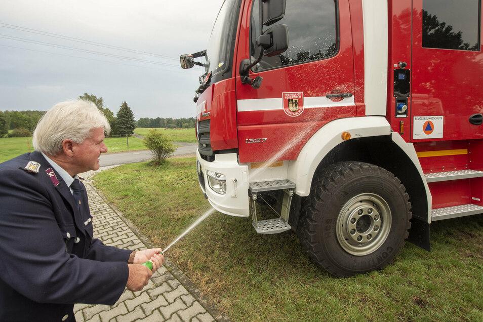 Diesmal die Spritze mit der Sektflasche. Feuerwehrmann Hans-Jürgen Ellguth tauft das neue Fahrzeug der Steinbacher und damit Moritzburger Wehr. Ab diesem Freitag soll es einsatzbereit sein.