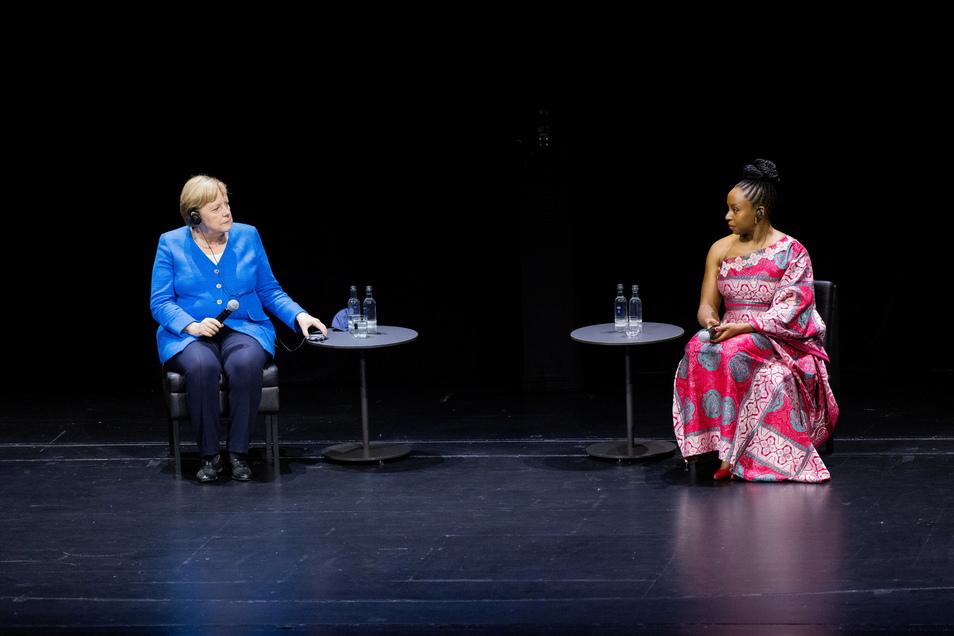 Die Kanzlerin sprach in Düsseldorf mit der nigerianischen Schriftstellerin Chimamanda Ngozi Adichie. Das Treffen war bereits für 2020 geplant, dann jedoch durch die Pandemie um ein Jahr verschoben.