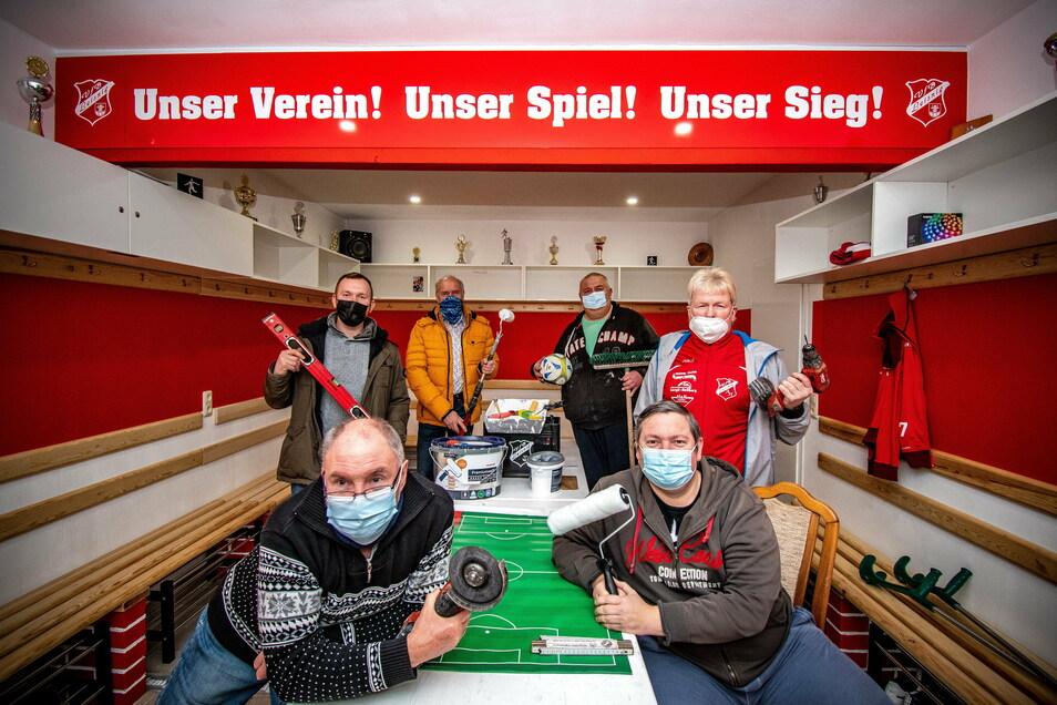 Renovieren beim VfB Liesnig: Bernd Funke (vorn links), Swen Liebsch (vorn rechts), Sebastian Kotte (Mitte links), Andy Wagner (Mitte rechts) und Frank Günther (hinten rechts) haben zur Freude von VfB-Präsident Jörg Lippert kräftig mit angepackt.
