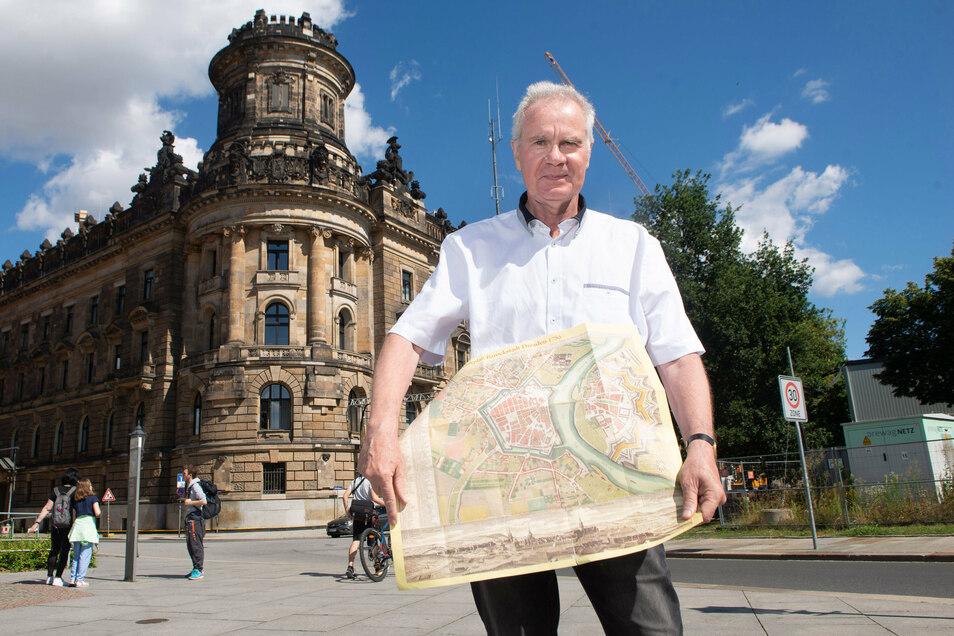 Mit einem alten Stadtplan steht Geschichtsexperte Christoph Pötzsch dort, wo früher das Pirnaische Tor war. Hier wurde 1788 Casanova festgenommen.