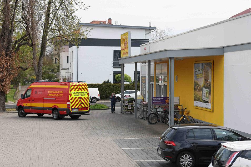 Hier musste die Feuerwehr helfen. In diesem Strehlener Supermarkt hat ein Mitarbeiter Automaten-Reiniger mit Desinfektionsmittel verwechselt.