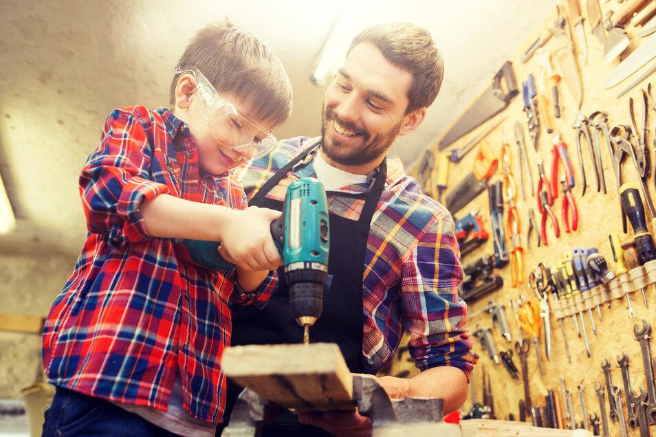 """Bei dem Wettbewerb """"Kleine Hände, große Zukunft"""" lernen Kinder die Arbeit im Handwerk kennen."""