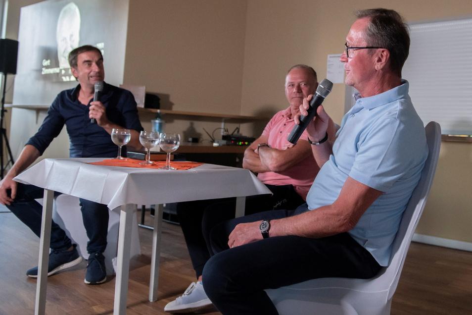 Fußballabend in Schönfeld: Moderator Uwe Karte begrüßte mit Hartmut Schade und Gerd Weber (v.l.) zwei namhafte Ex-Dynamos und obendrein Olympiasieger von 1976.