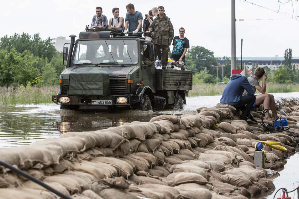 Beim Hochwasser im Juni 2013 war auch die Bundeswehr im Einsatz, um den Laubegastern zu helfen.